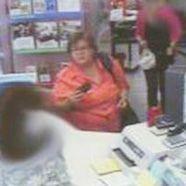Die Polizei fahndet nach dieser Frau.