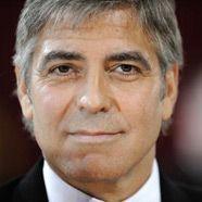 George Clooney: Bootstrip mit zwei Frauen