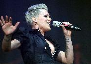 Pink bei Auftritt in Nürnberg von der Bühne gestürzt