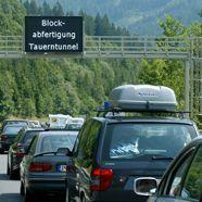 20 Kilometer Stau und drei Stunden Wartezeit vor Tauern-Tunnel