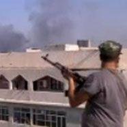 Rebellenkämpfer plündern Waffenlager in Gaddafi-Komplex