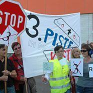 100 protestieren gegen dritte Piste am Flughafen Wien