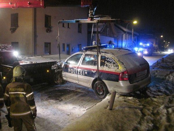 Bei dem Verkehrsunfall wurde ein Polizeibeamter schwer, seine Kollegin leicht verletzt.