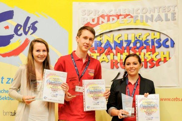 Fabienne Nägele (r.) von der HAK Bludenz belegte den 1. Platz im Mehrsprachenwettbewerb Englisch/Spanisch.