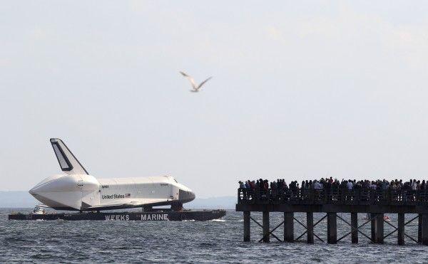 "Nicht alltäglich: Das Space-Shuttle ""Enterprise"" schippert über den Hudson."