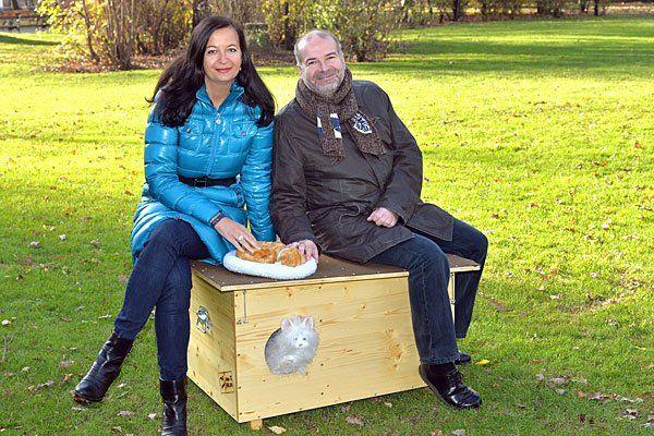 Tierschutzstadträtin Ulli Sima und Heli Dungler, Chef der Vier Pfoten, mit einem der neuen Katzenhotels