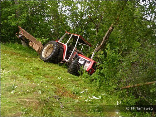 Der Traktor war mehrere Meter über ein steiles Gelände abgestürzt.