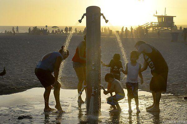 Abkühlung am Strand von Santa Monica