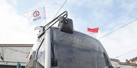 Straßenbahnen in Wien zeigen zum Welt-Aids-Tag 2014 Flagge