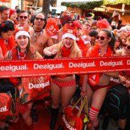 "Frieren for Fashion: ""Seminaked in Red""-Aktion bei Desigual in Wien"