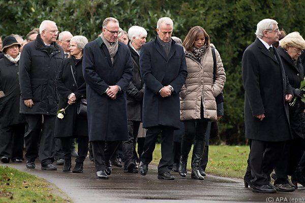 Trauergemeinde bei Lattek-Begräbnis