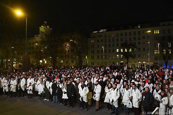 Jede Menge weiße Kittel auf dem Friedrich Schmidt-Platz in Wien