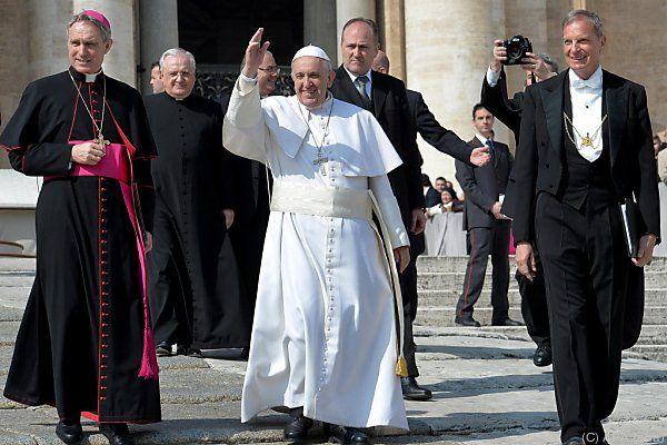 Papst Franziskus folgt der Bibel