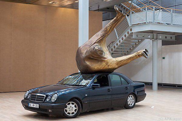 Mit Mercedes-Installation in der Volkswagen-Stadt