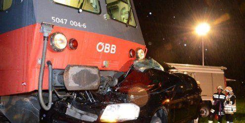 Pkw wurde in NÖ von Zug erfasst