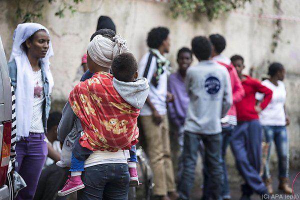 Flüchtlinge harren in Rom unter der Hitze aus