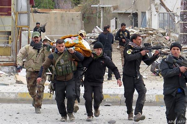 Gefechte zwischen regierungstreuen Truppen und dem IS im Irak