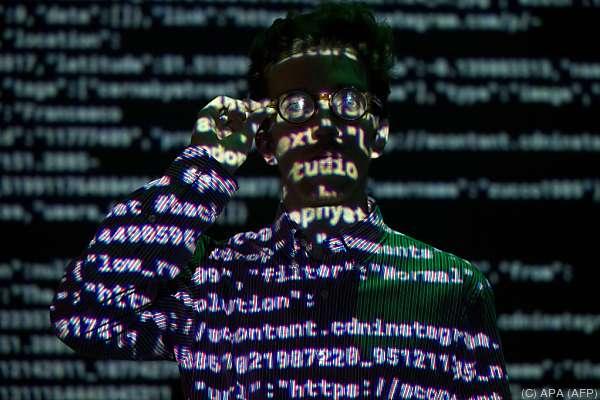 """Mensch als Datenmaschine: Bild aus Ausstellung """"London Situation Room"""""""