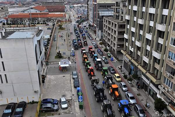 Landwirte blockieren Straße in Thessaloniki mit Traktoren