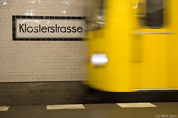 Junge Frau wurde vor die U-Bahn gestoßen