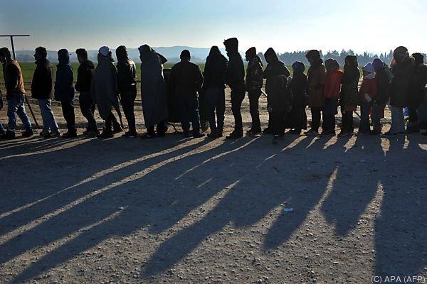Migranten harren am Grenzübergang aus