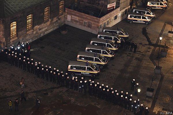 Polizei bereitet sich auf unruhige Nacht vor
