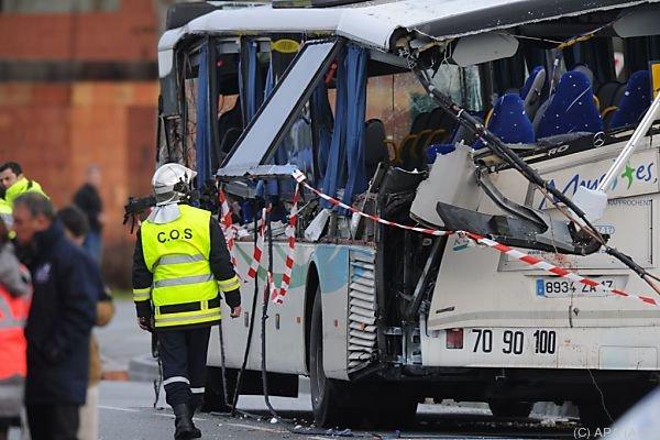 Lkw-Ladeklappe riss linke Seite des Busses auf