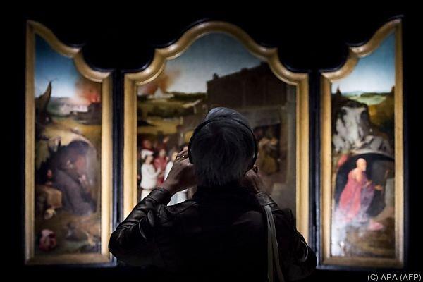 """Besucherin der Schau """"Hieronymus Bosch - Visionen eines Genies"""""""