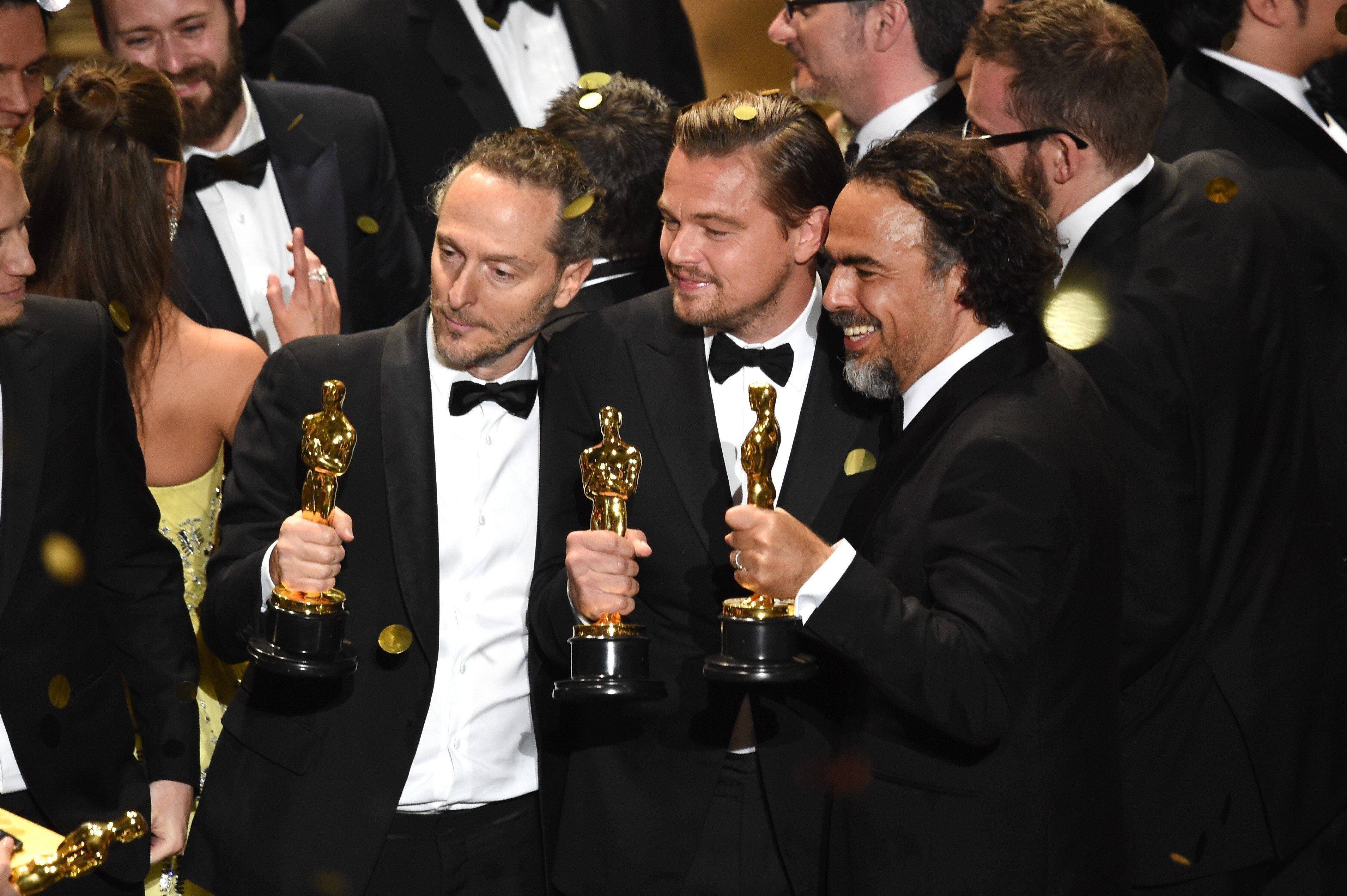 HOLLYWOOD, CA - FEBRUARY 28: (L-R) Cinematographer Emmanuel Lubezki, actor Leonardo DiCaprio and director Alejandro Gonzalez Inarritu, all winners for 'The Revenant,' pose onstage during the 88th Annual Academy Awards at the Dolby Theatre on February 28, 2016 in Hollywood, California. Kevin Winter/Getty Images/AFP ++ KEINE NUTZUNG IN TAGESZEITUNGS-BEILAGEN! NUR REDAKTIONELLE NUTZUNG IN TAGESZEITUNGEN, TAGESAKTUELLER TV-BERICHTERSTATTUNG (AKTUELLER DIENST) UND DIGITALEN AUSSPIELKAN€LEN (WEBSITES/APPS) IM UMFANG DER NUTZUNGSVEREINBARUNG. S€MTLICHE ANDERE NUTZUNGEN SIND NICHT GESTATTET.++