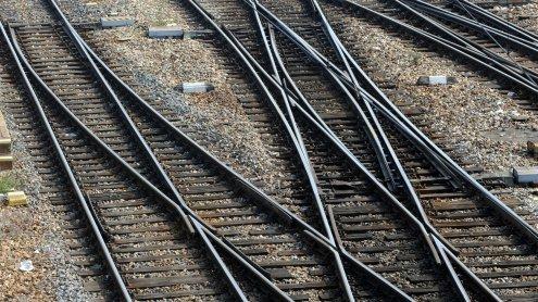 Flüchtlinge auf den Gleisen: Zug- Verspätungen im Westen Wiens