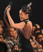 Rihanna bestellt Pizza für wartende Fans!