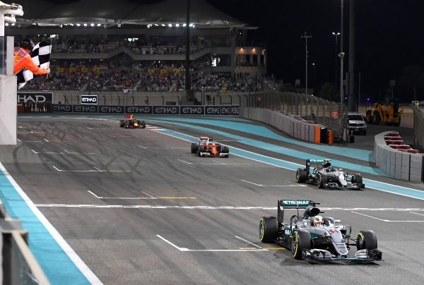 Der Zieleinlauf: Lewis Hamilton ist vorne, aber Rosbergs zweiter Platz reicht zum Titel.