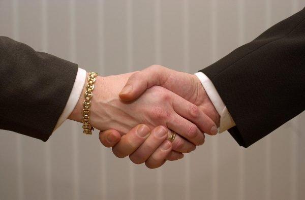 Achten Sie das nächste Mal darauf, was Sie nach dem Händeschütteln mit Ihrer Hand machen.