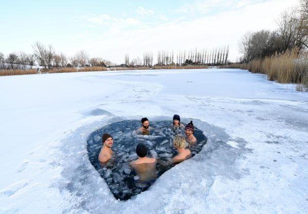 Zumindest auf den Bildern sieht es gemütlich aus: Eisbaden hat derzeit Hauptsaison