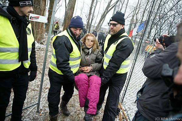 Die Polizei versuchte die Gegner zum Verlassen des Areals zu bewegen