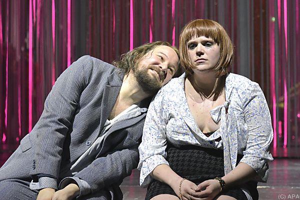 """Rainer Galke als """"Kasimir"""" und Stefanie Reinsperger als """"Karoline"""""""