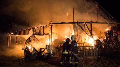 Scheunenbrand bei Hollabrunn: Feuerwehr 6 Stunden im Einsatz