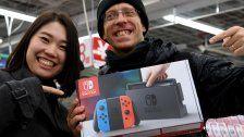 Nintendo Switch ist da -  Japaner stehen Schlange