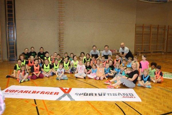 50 Lustenau Kids trainierten mit drei Bregenz Handballern