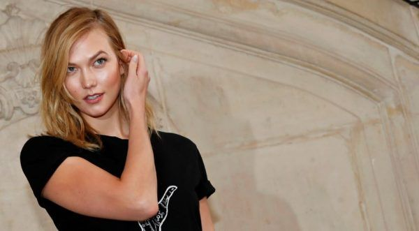 Karlie Kloss trägt den den Two Tone Hair-Look.