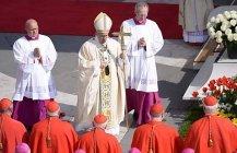 Papst feiert Ostermesse am Petersplatz in Rom