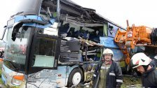 Stockautobus kracht gegen Kranfahrzeug