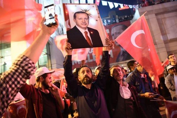 Erdogan-Anhänger feiern seinen Sieg in der Türkei