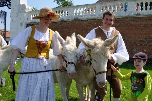 Tierumzug und Parade auf Schloss Hof am 1. Mai.