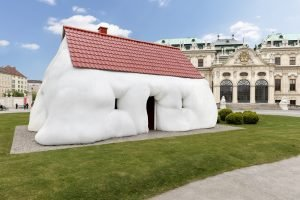 "Dicker Vorbote: Erwin Wurms ""Fat House"" am Oberen Belvedere"