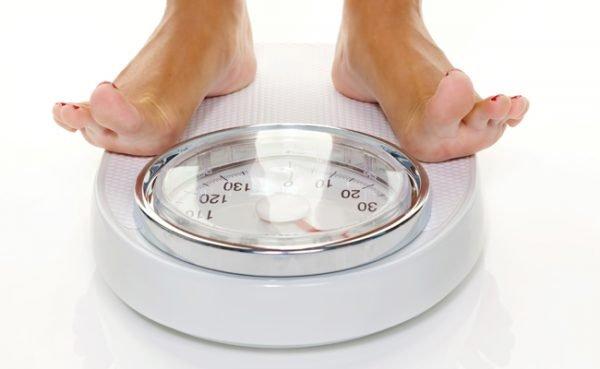 Wegen Fehler beim Wiegen zeigt die Waage mehr Gewicht an.