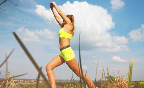 Mit nur einer Übung können Bauch, Beine und Po gleichzeitig trainiert werden.