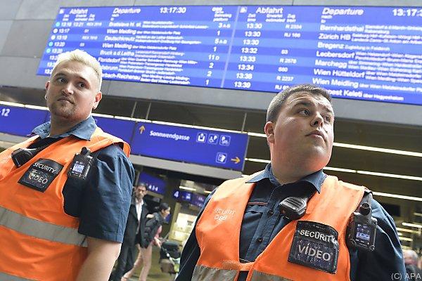 Die ÖBB-Zugbegleiter werden ab Juni mit Bodycams ausgestattet.