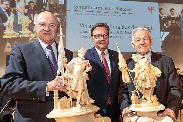 Pröll und Pühringer erhielten eine aus Holz geschnitzte Figur