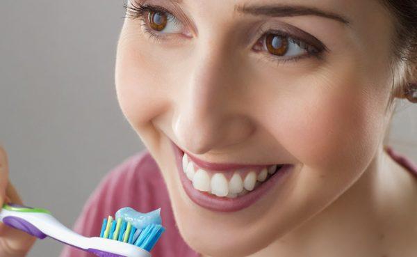 Ein Hausmittel sorgt für weißere Zähne.